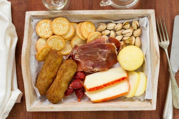 Fromage avec croquete de viande et biscuits