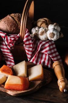 Fromage et épices près du panier avec des aliments
