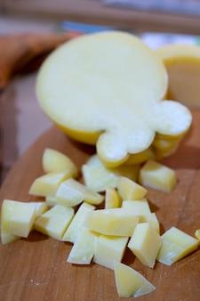 Le fromage est coupé en petits cubes.