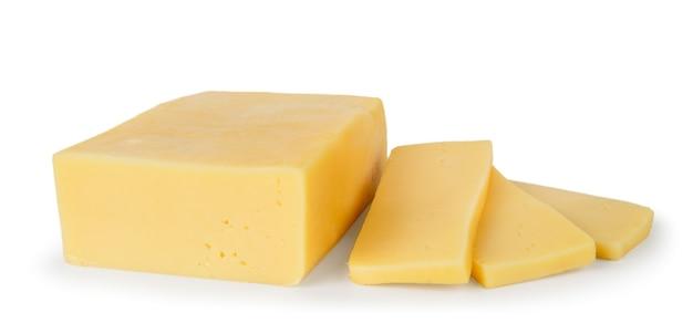 Fromage de forme rectangulaire et trois pièces sur fond blanc