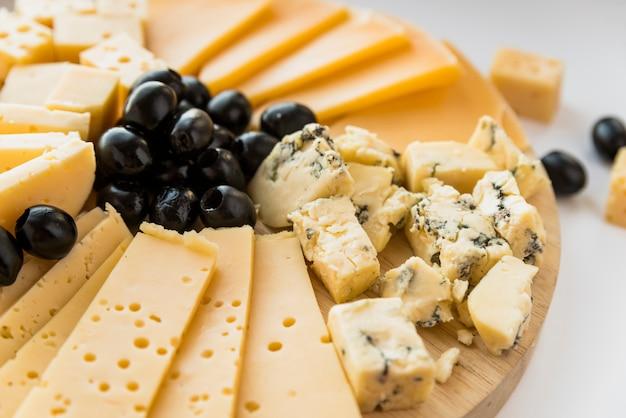 Fromage frais et olives sur une planche à découper