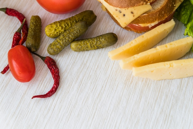 Fromage frais près des tomates, des concombres et des poivrons rouges