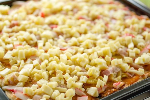 Le fromage frais s'effrite sur les pâtes