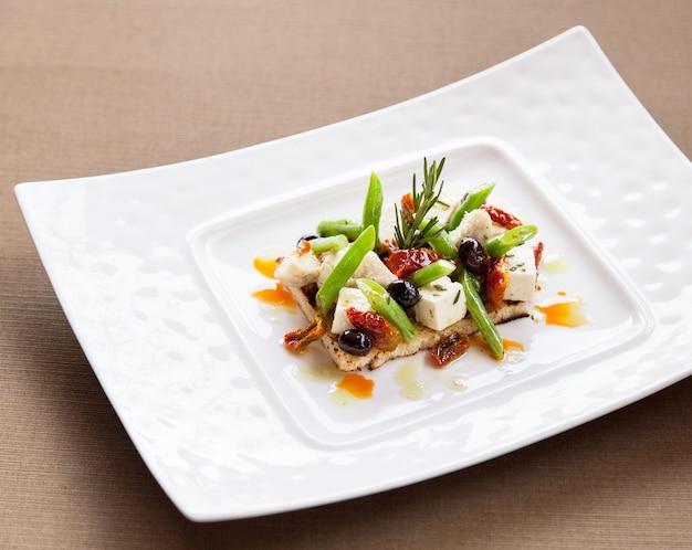 Fromage frais avec salade et croustillant.