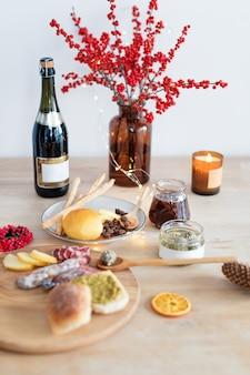 Fromage, grissini, confiture de jeunes pommes de pin, champagne et bougie