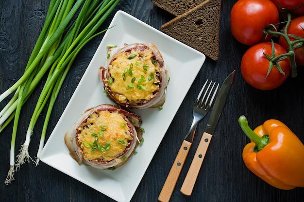 Fromage haché au four avec des tranches de bacon