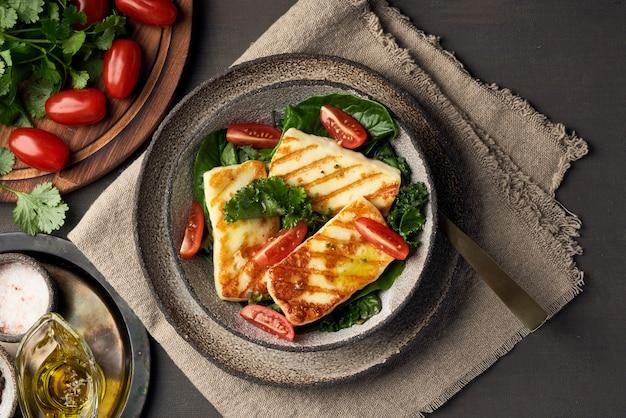 Fromage halloumi frit à la chypriote avec salade verte saine. lchf, pegan, fodmap, paleo, scd