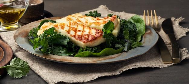 Fromage halloumi frit à la chypriote avec salade verte saine. lchf, pegan, fodmap