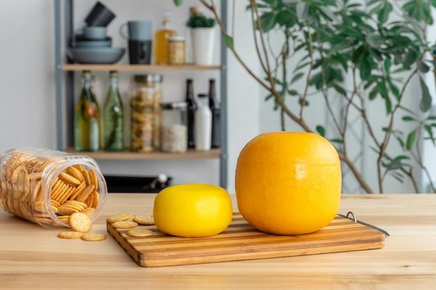 Fromage hollandais edam, fromage de chèvre hollandais des pays-bas et craquelins sur la table dans la cuisine