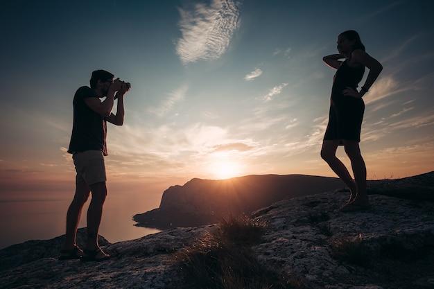 Fromage. homme concentré prenant une photo de sa petite amie pendant le pique-nique. un tir de plus. voyagez avec ma chérie. couple amoureux de la randonnée en montagne. concept de vacances d'été.