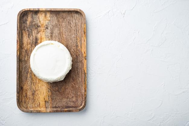 Fromage italien bio, ricotta, sur blanc