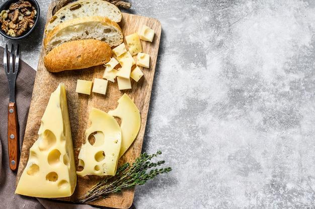 Fromage jaune avec trous, produits laitiers.