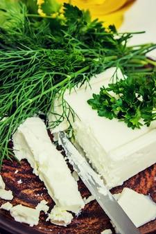 Fromage et légumes verts. mise au point sélective. nourriture et boisson.