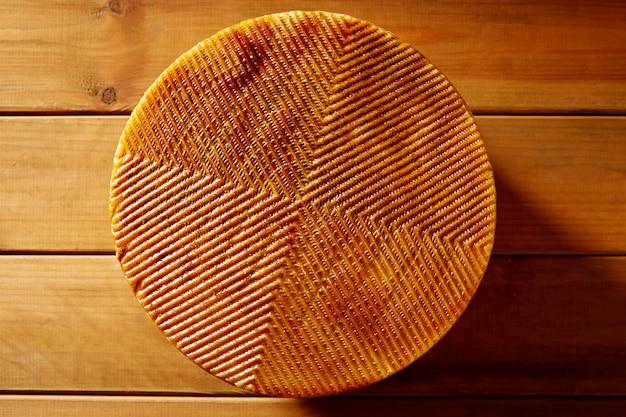 Fromage manchego d'espagne sur une table en bois