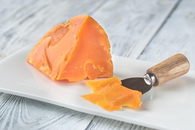 Fromage mimolette sur plaque blanche