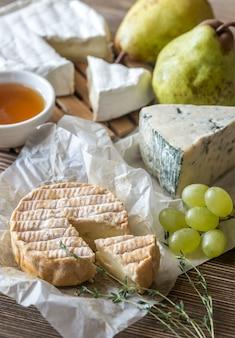 Fromage moisi aux poires et raisins