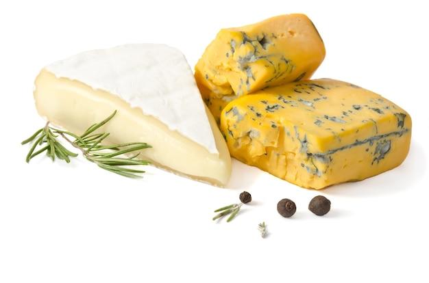 Fromage avec de la moisissure sur blanc