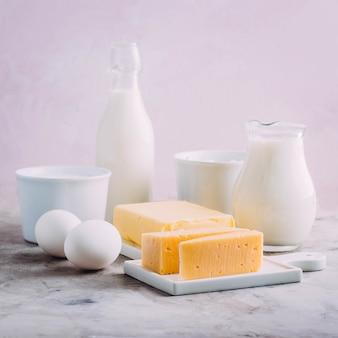 Fromage, œufs, lait, fromage cottage, yaourt, crème et beurre