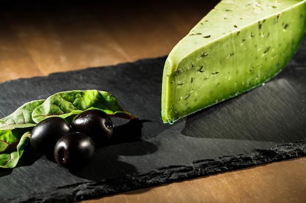 Fromage d'olive et olives noires sur plaque