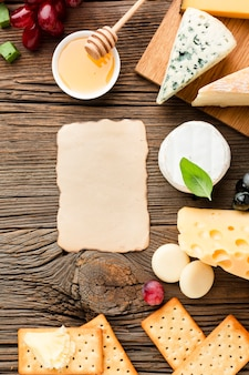 Fromage plat poser du miel et des raisins avec du carton blanc