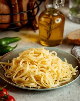 Fromage queue de cochon et bouteille d'huile d'olive