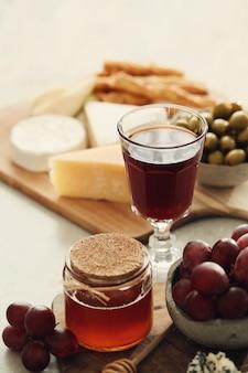 Fromage, raisins et miel