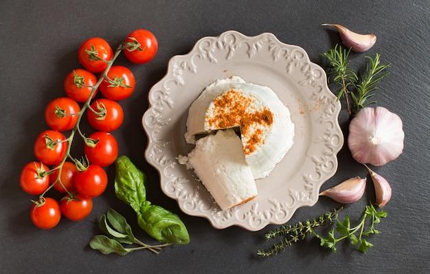 Fromage ricotta italien, légumes et herbes vue de dessus