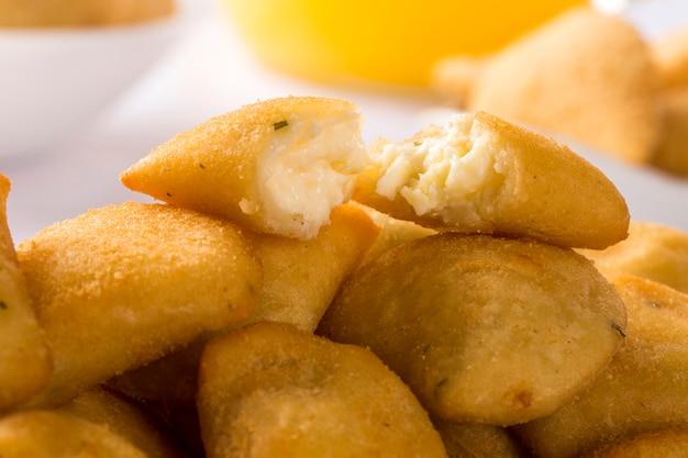 Fromage rissole servi avec sauce chili sur la table.