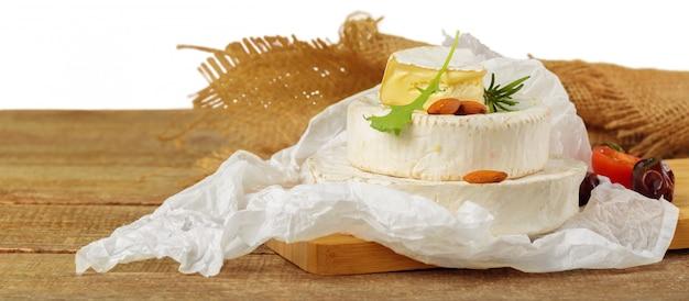 Fromage sur table en bois