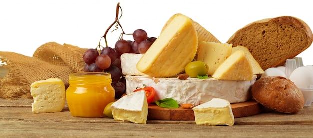Fromage sur la table en bois