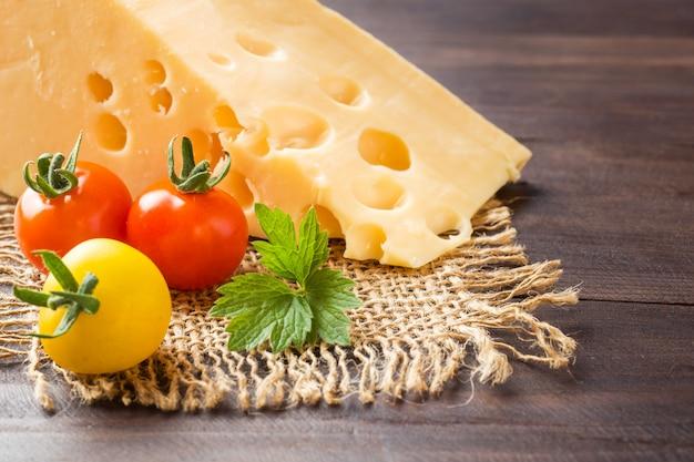 Fromage et tomates sur bois foncé