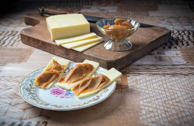 Fromage en tranches avec du lait sucré. avec mise au point sélective.