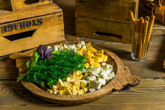 Fromage en tranches sur une plaque en bois