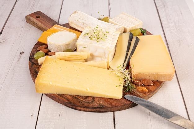 Fromages assortis sur une planche sur une table en bois