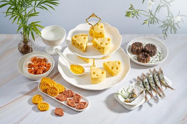Fromages jaunes et biscuits sur la table
