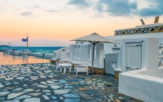 Front de mer de l'île de paros au coucher du soleil grèce