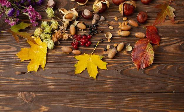 Frontière d'automne vintage et feuilles tombées sur la vieille table en bois, vue du dessus