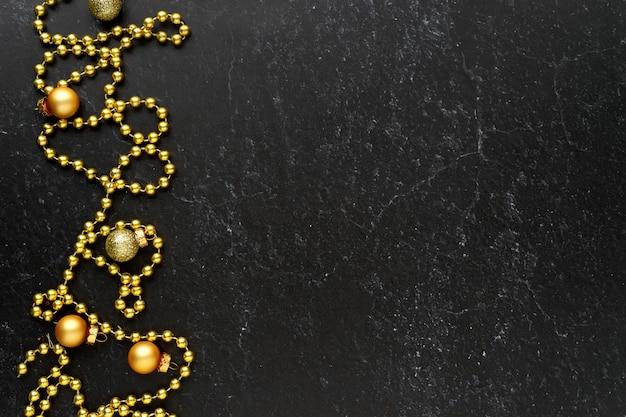 Frontière de décoration de noël sur fond noir avec fond