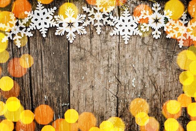 Frontière de flocons de neige sur une table en bois grunge