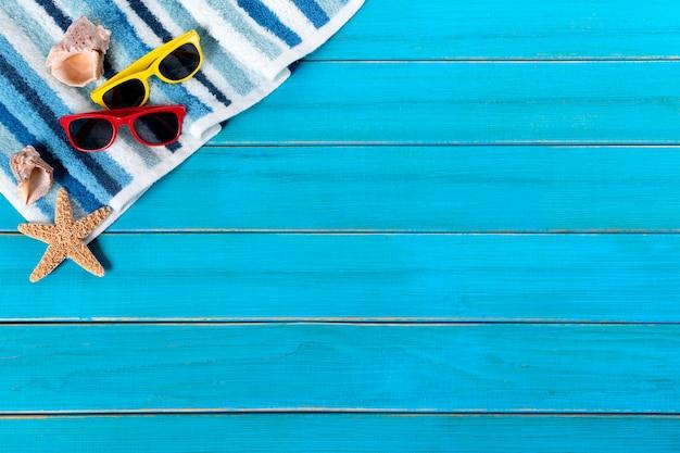Frontière de fond de plage d'été, étoile de mer, lunettes de soleil, bois bleu, espace copie