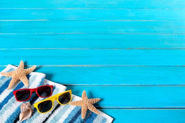 Frontière de fond de plage d'été, lunettes de soleil, étoile de mer, terrasse en bois, espace de copie