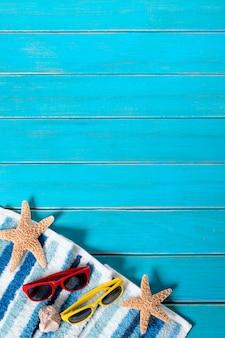 Frontière de fond de plage d'été, lunettes de soleil, serviette, étoile de mer, terrasse en bois