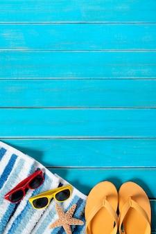 Frontière de fond de plage d'été, lunettes de soleil, tongs, étoile de mer