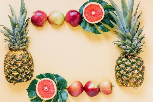 Frontière de fruits délicieux et de feuilles