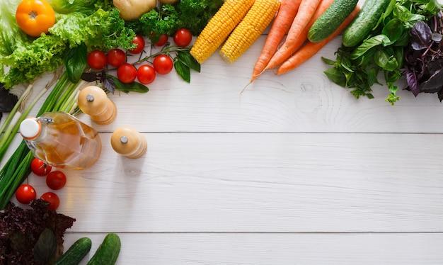 Frontière de légumes frais sur bois blanc avec espace copie