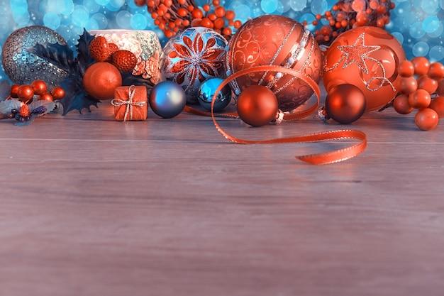 Frontière de noël avec des boules et des baies sur bois.