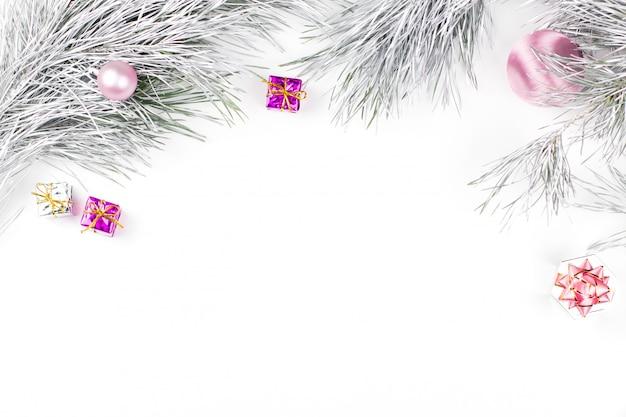 Frontière de noël avec des branches de sapin, des coffrets cadeaux, des boules de noël et des ornements sur blanc