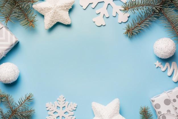 Frontière de noël avec décor blanc, boule, reinderr, coffrets cadeaux sur bleu.
