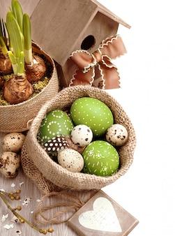 Frontière de pâques avec des fleurs, des œufs et une maison d'oiseau, espace de texte