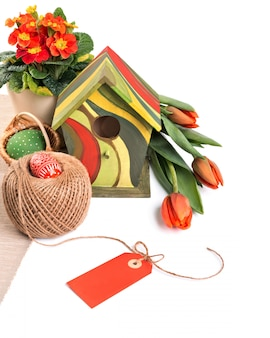 Frontière de pâques avec des fleurs orange et des décorations de printemps, espace de texte